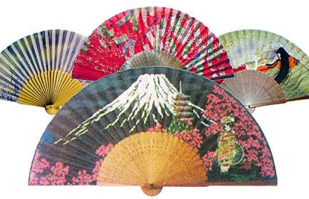 風流な日本ならでは。色とりどりの扇子